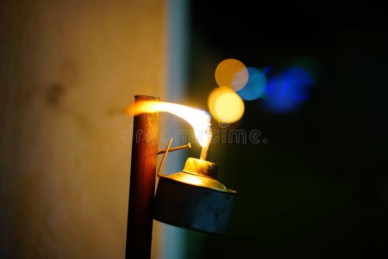 Kerosinlampe geleuchtet stockfotos