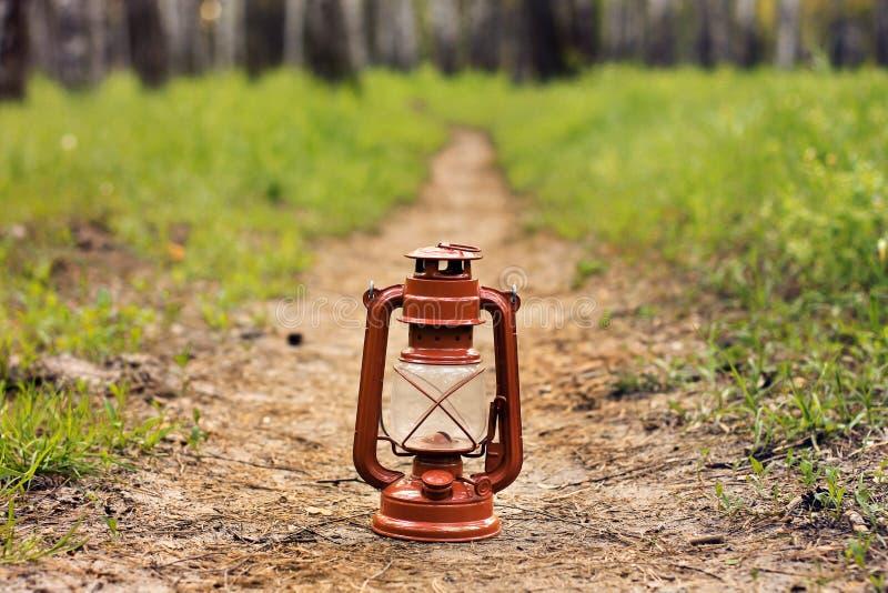 Kerosinlampe im Waldzusammenfassungsfoto stockfoto