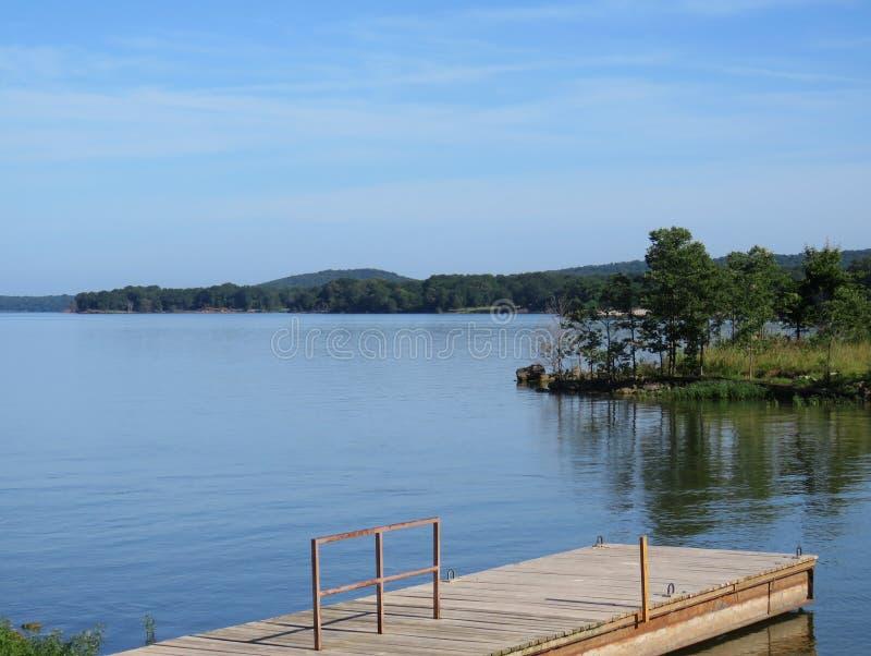 Kerr Lake fiskeskeppsdocka och vatten med kullar och naturen arkivbild