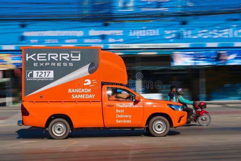 Kerry den uttryckliga logistiska lastbilen kör royaltyfria foton