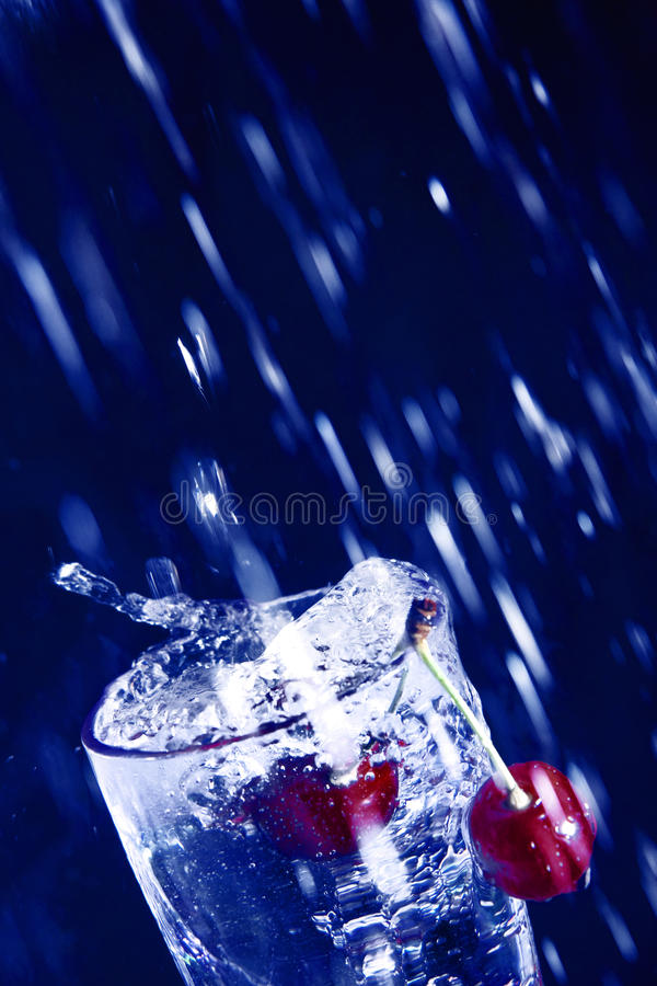 Kers in water. stock afbeelding