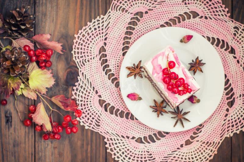 Kersenbiscuitgebak met room en rode aalbes Houten achtergrond Hoogste mening Close-up royalty-vrije stock foto