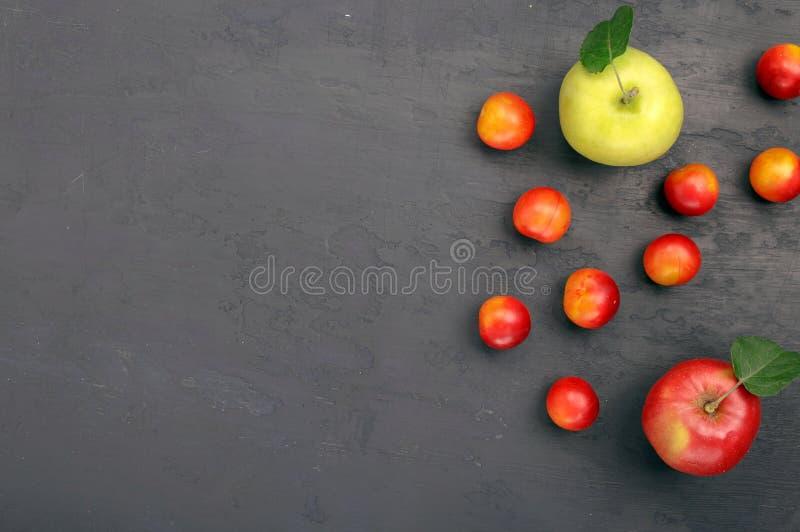 Kersenpruim en appelen royalty-vrije stock foto's