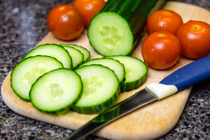 Kersentomaten en komkommers stock foto's
