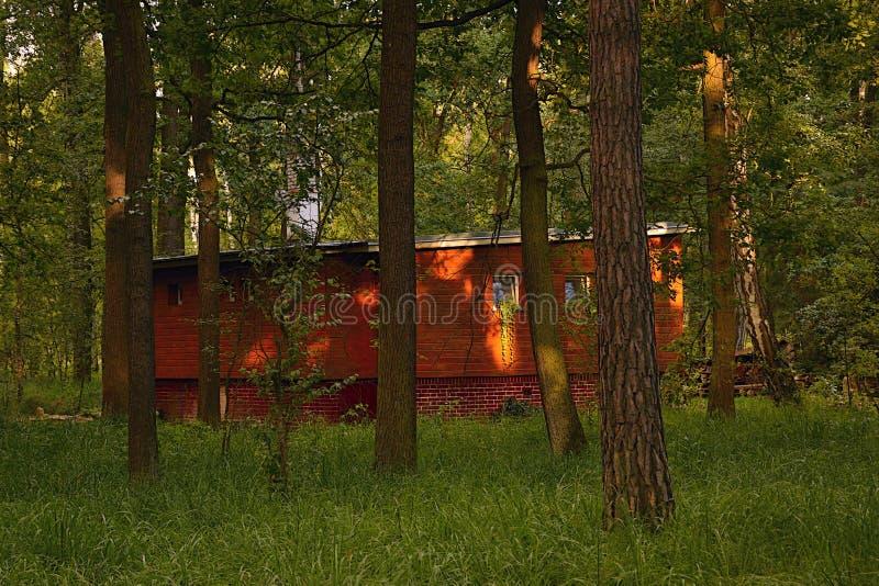 Kersko, République Tchèque - 7 juillet 2018 : cottage en bois historique légendaire dans la région de touristes de Kersko pendant images stock
