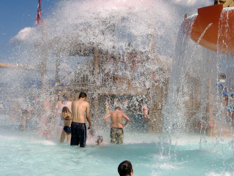 KERSPLASH! - A cubeta de água gigante esvazia no parque da água fotos de stock
