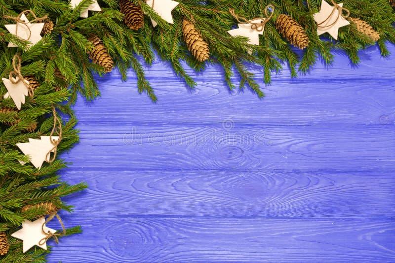 Kerst of Nieuwjaar decoratie: boomvertakkingen, kleurrijke ballen op blauwe achtergrond Bovenaanzicht met kopieerruimte royalty-vrije stock foto's