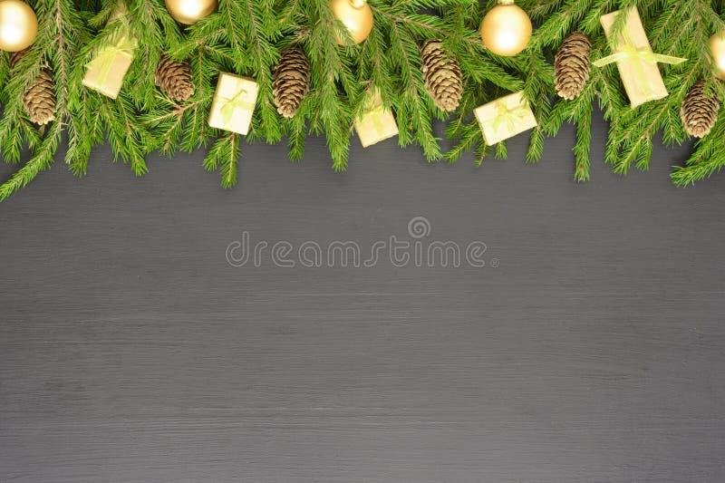 Kerst of Nieuwjaar decoratie: boomvertakkingen, kleurrijke ballen op zwarte achtergrond Bovenaanzicht met kopieerruimte stock foto's
