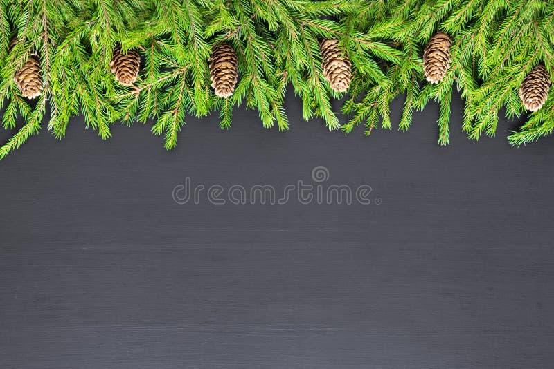 Kerst of Nieuwjaar decoratie: boomvertakkingen, kleurrijke ballen op zwarte achtergrond Bovenaanzicht met kopieerruimte stock afbeeldingen