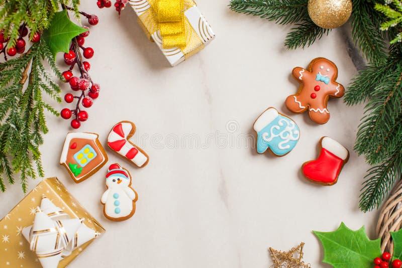 Kerstachtergrond met decoratieve kerstkoekjes en sieraden royalty-vrije stock foto's