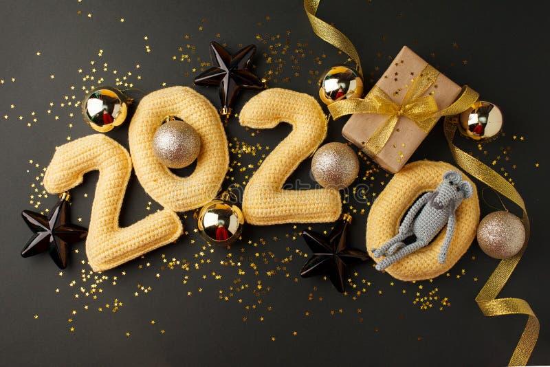 Kerstachtergrond Paspoort rat, muizenspeelgoed, symbool chinees gelukkig nieuw jaar 2020 Muisspeelgoed sluiten en cadeaudoosje vo royalty-vrije stock foto