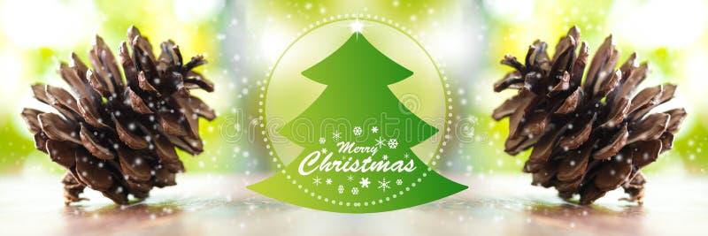 Kerstbomen en vrolijk Kerstmiswoord Sluit omhoog Denneappels stock foto's