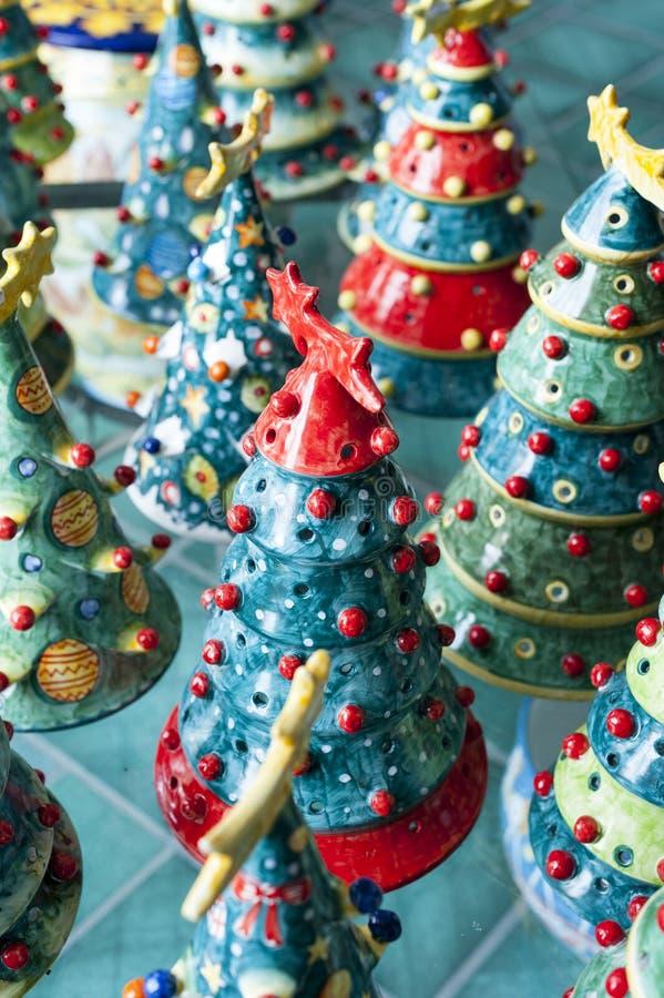 Kerstbomen in keramiek royalty-vrije stock fotografie