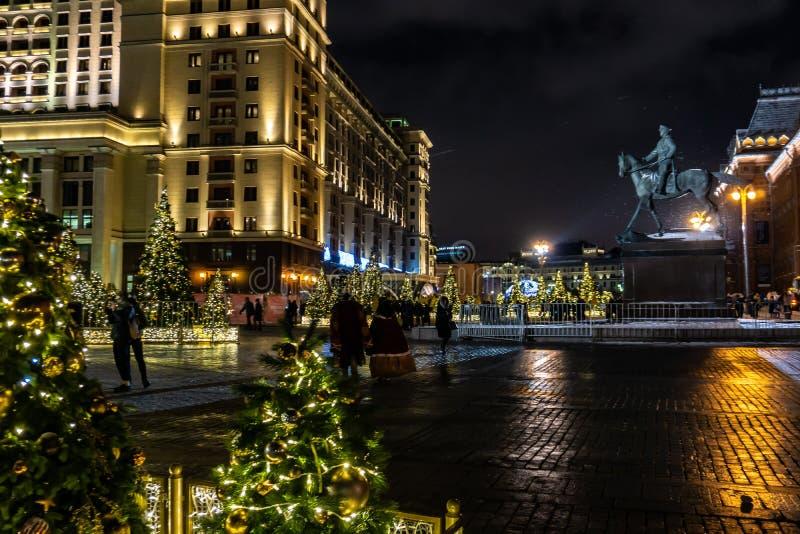 Kerstbomen met bij Manezhnaya-Vierkant bij Nacht Feestelijke Nieuwjaardecoratie in Moskou vóór de aanstaande winter royalty-vrije stock foto