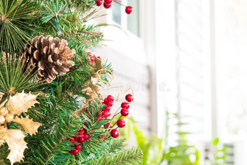 Kerstbomendecoratie in koffiewinkel royalty-vrije stock afbeeldingen