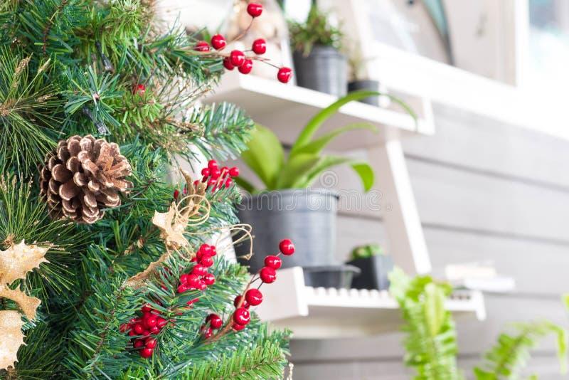 Kerstbomendecoratie in koffiewinkel royalty-vrije stock foto