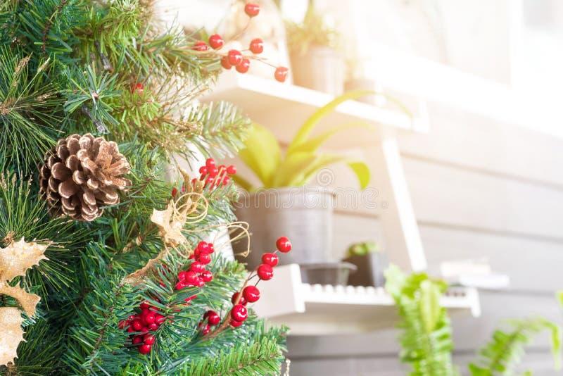 Kerstbomendecoratie in koffiewinkel royalty-vrije stock afbeelding