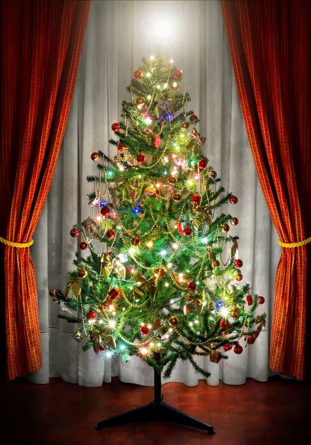 Download Kerstboom stock foto. Afbeelding bestaande uit heden, gordijnen - 6966234
