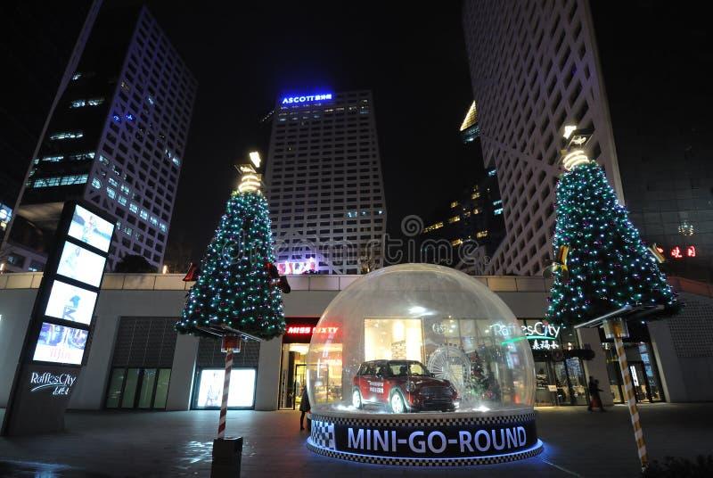 Kerstboom bij nacht stock afbeelding
