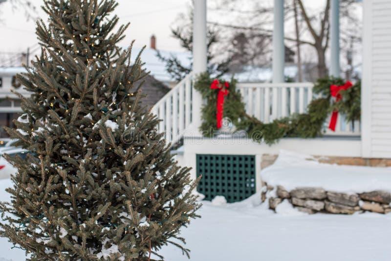 Kerstboom buiten huis voor de vakantie wordt verfraaid die stock afbeelding
