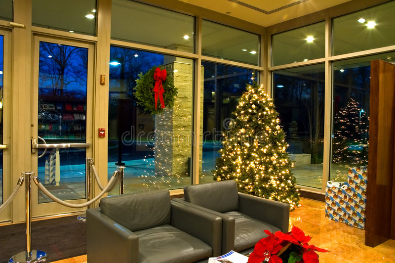 Kerstboom in de Hal van het Bureau - 2 stock afbeeldingen