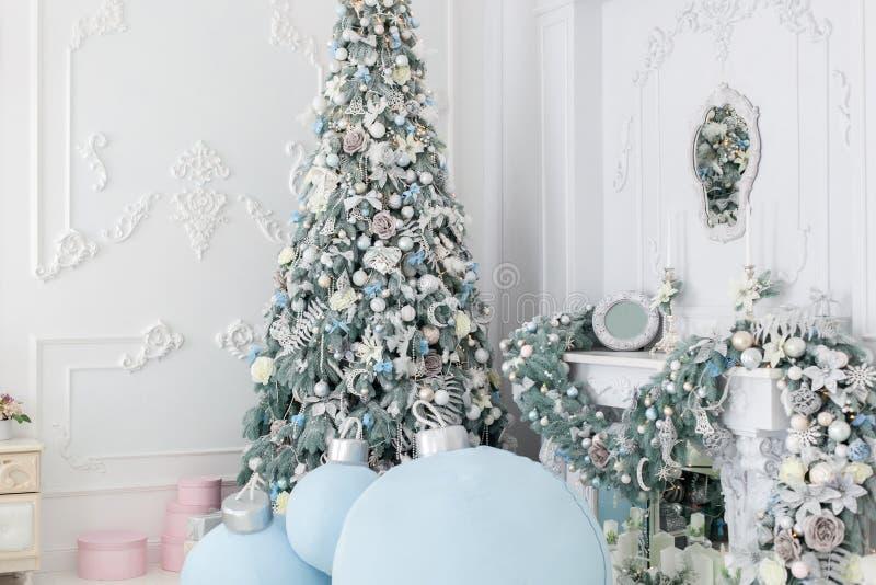 Kerstboom in de hoek van de ruimte royalty-vrije stock fotografie