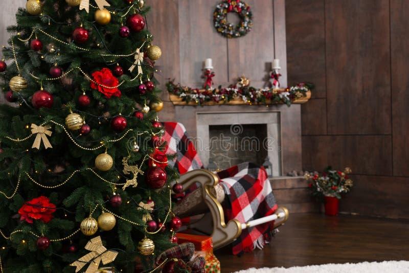 Kerstboom in de woonkamer met verfraaide open haard royalty-vrije stock afbeeldingen