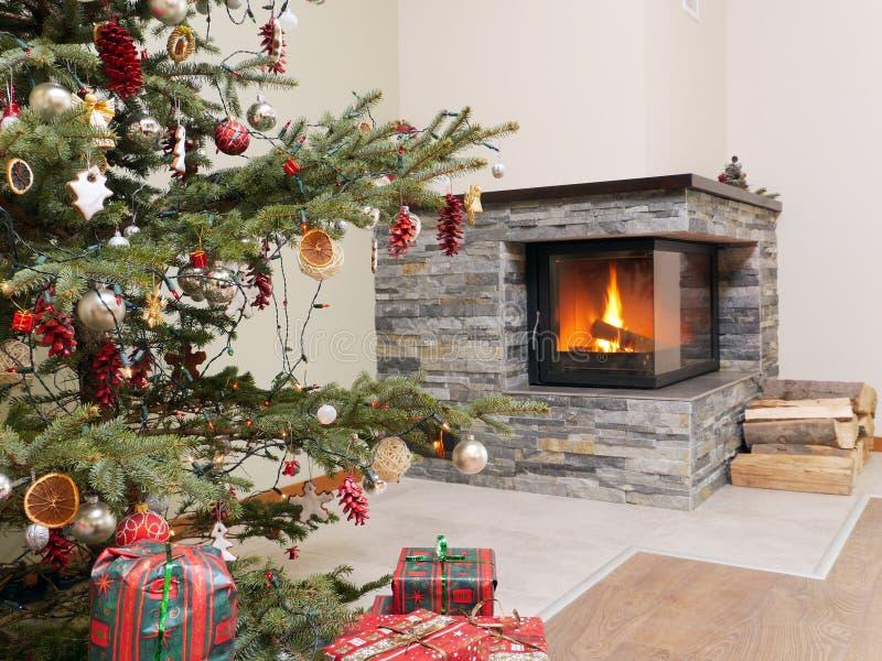 Kerstboom door de open haard royalty-vrije stock afbeeldingen