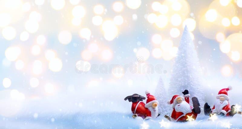 Kerstboom en de decoratieornamenten van de vakantiekerstman stock afbeeldingen