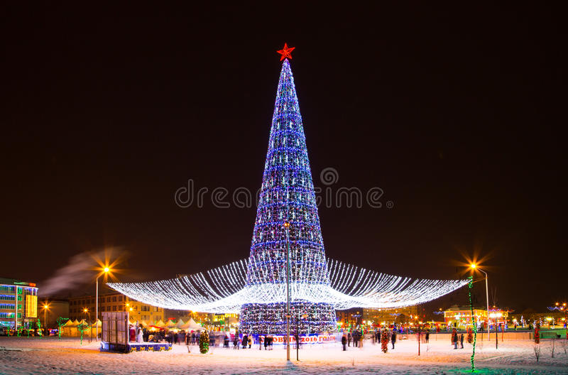 Kerstboom en de stad van Grozny bij nacht royalty-vrije stock afbeeldingen