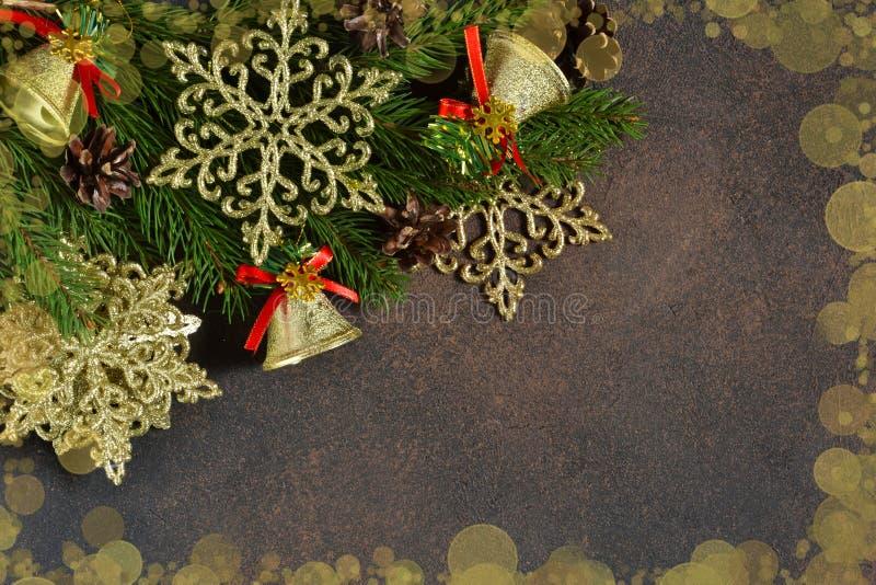 Kerstboom en decoratieve sneeuwvlokken, klokken, linten stock foto