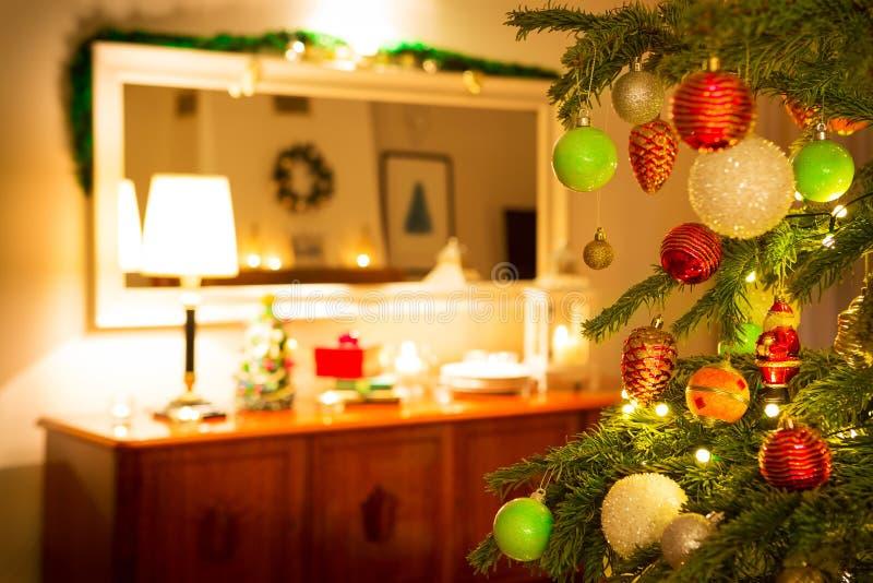 Kerstboom en familiehuisbinnenland met decoratie royalty-vrije stock afbeeldingen