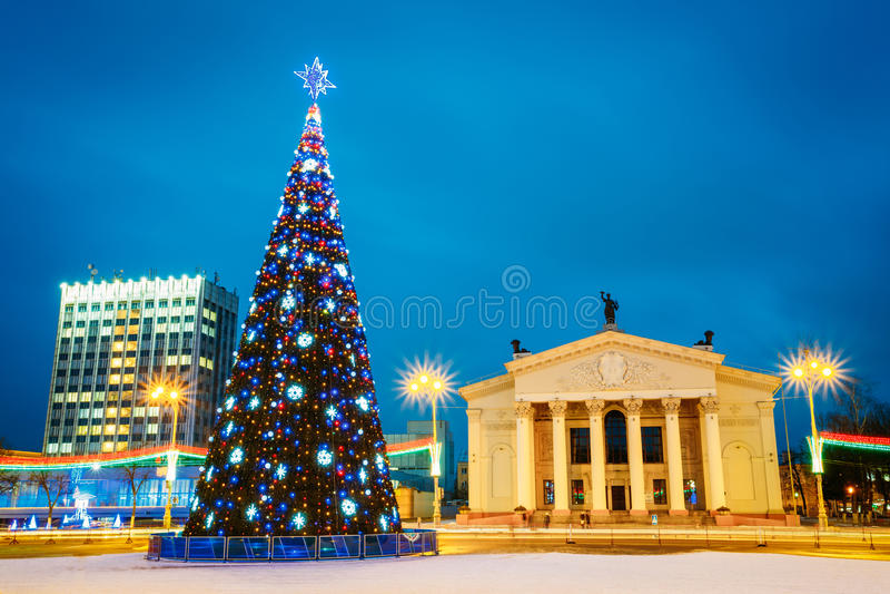 https://thumbs.dreamstime.com/b/kerstboom-en-feestelijke-verlichting-op-lenin-49138150.jpg