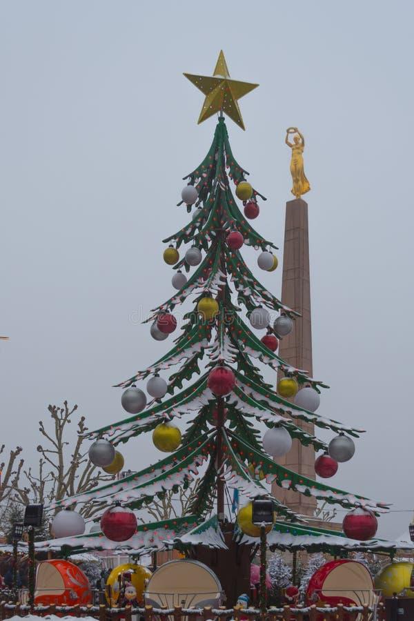 Kerstboom en Gelle Fra in sneeuw wordt behandeld die royalty-vrije stock foto