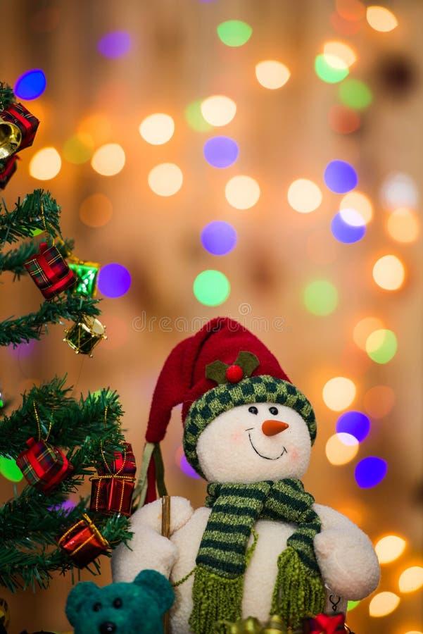 Kerstboom en giftdozen en Santacros, op lichte achtergrond royalty-vrije stock afbeeldingen