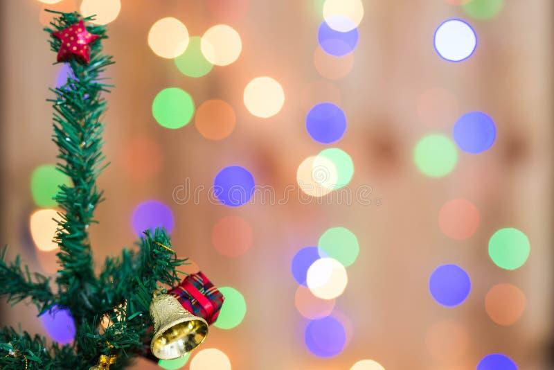 Kerstboom en giftdozen, op bokehachtergrond royalty-vrije stock afbeelding