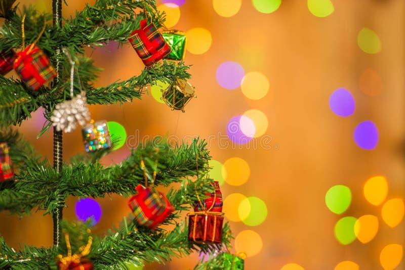 Kerstboom en giftdozen, op lichte achtergrond stock fotografie