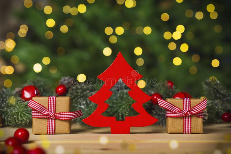 Kerstboom en giften op lijst, de achtergrond van Kerstmislichten royalty-vrije stock afbeelding