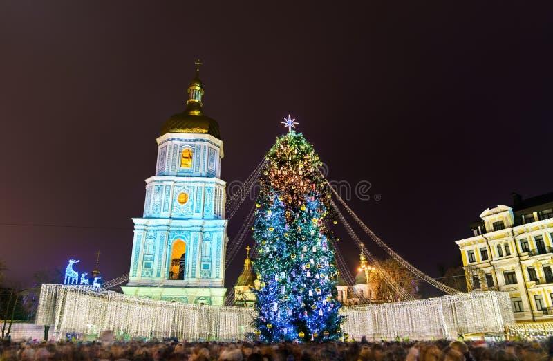 Kerstboom en Heilige Sophia Cathedral, een Unesco-plaats van de werelderfenis in Kiev, de Oekraïne stock afbeelding