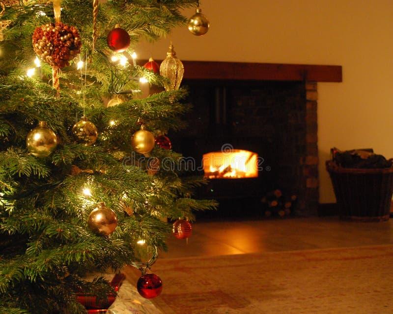 Kerstboom en logboekbrand stock afbeelding