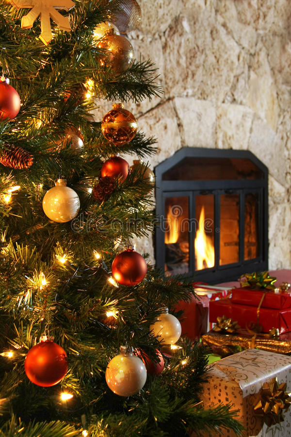 Kerstboom en open haard