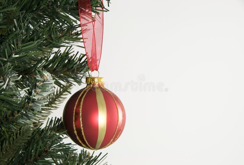 Kerstboom en rode hangende decoratie royalty-vrije stock afbeelding