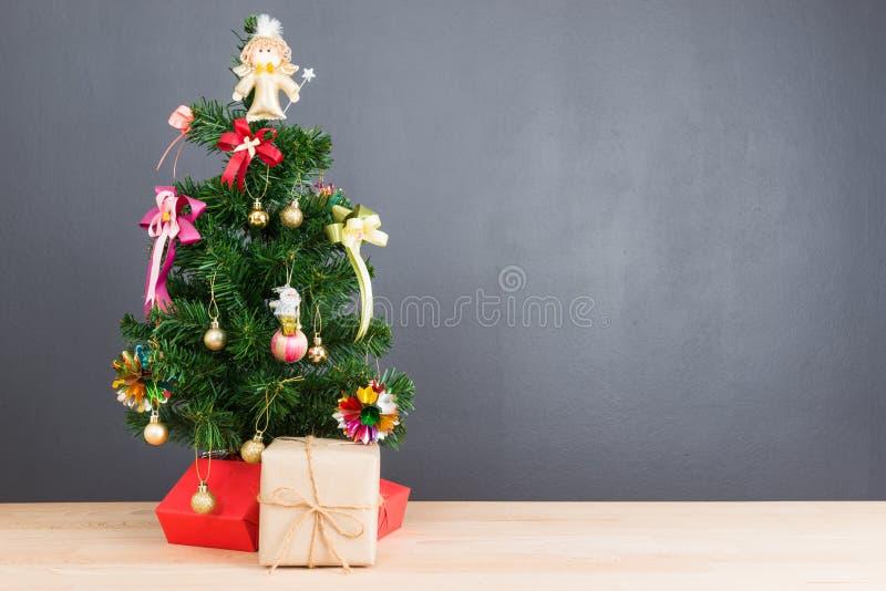 Kerstboom en vele huidige dozen stock afbeeldingen
