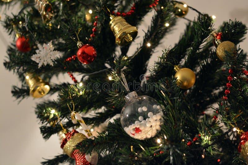 Kerstboom in huis stock fotografie