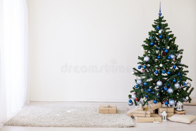 Kerstboom met blauw in een witte ruimte met speelgoed voor Kerstmis royalty-vrije stock fotografie