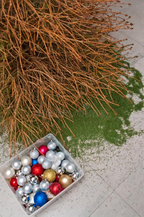 Kerstboom met gevallen naalden, Kerstmisnasleep stock afbeelding