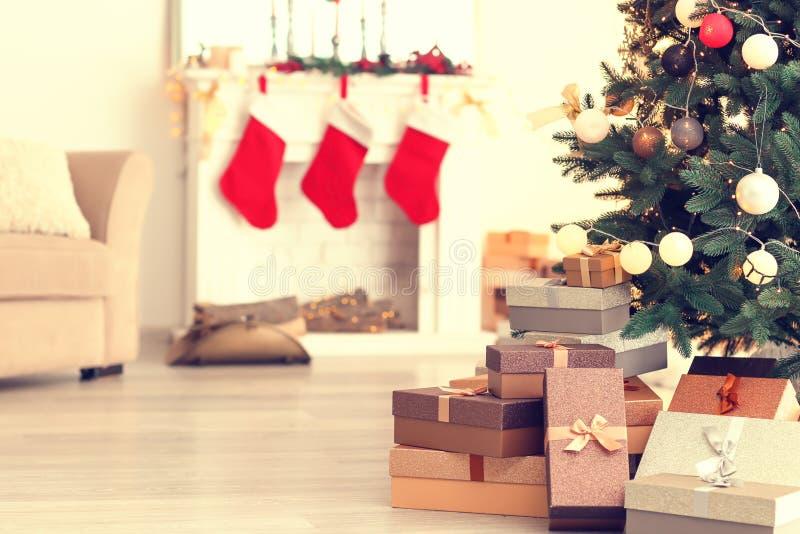 Kerstboom met giften in prachtig verfraaide woonkamer royalty-vrije stock foto's