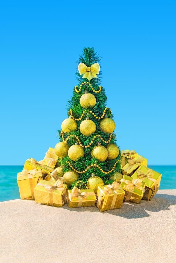 Kerstboom met gouden decoratie bij hete tropische oceaanbea royalty-vrije stock fotografie