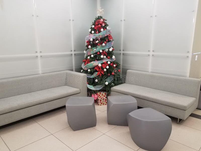 Kerstboom met grijze stoelen en zetels stock foto