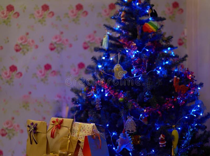 Kerstboom met huidige dozen binnen huis stock afbeelding